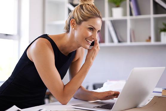 Die intelligente orgaMAX Filterfunktion: Frau mit Laptop | orgaMAX Praxisbeispiel