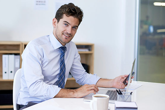 Zentrale Suche: Arbeit am Laptop | orgaMAX Bürosoftware